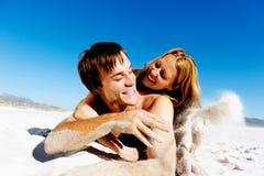 夫妇面对含沙 免版税库存图片