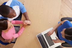 夫妇顶上的看法谈话与财政顾问 库存照片