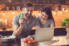 年轻夫妇预定的食物在网上 库存图片