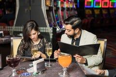 夫妇预定的食物在赌博娱乐场 免版税库存图片