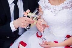 夫妇领巾水晶珠宝附加婚礼 小美丽的新娘儿童的新郎 库存照片