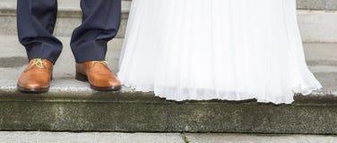 夫妇领巾水晶珠宝附加婚礼 新娘礼服和新郎鞋子 库存图片