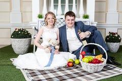 夫妇领巾水晶珠宝附加婚礼 免版税库存图片