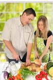 夫妇食物准备 免版税图库摄影
