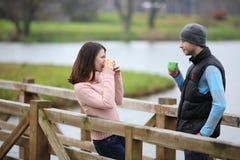 夫妇食用一份热的早晨咖啡 图库摄影