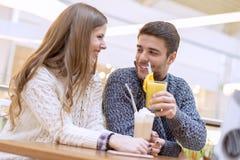 夫妇饮用的咖啡和聊天在咖啡馆 免版税图库摄影