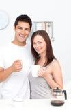 夫妇饮用的咖啡的纵向 免版税图库摄影