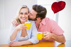 夫妇饮用的咖啡的综合图象和红色心脏迅速增加3d 免版税库存照片