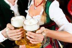 夫妇饮用的啤酒在酿酒厂 库存照片