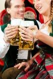 夫妇饮用的啤酒在酿酒厂 库存图片