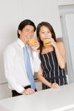 夫妇饮用的汁液 免版税图库摄影