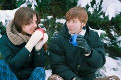 夫妇饮用的茶在冬天 免版税图库摄影
