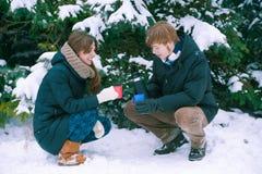 夫妇饮用的茶在冬天 图库摄影