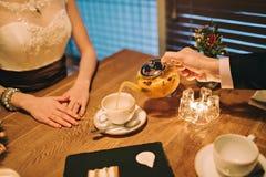 夫妇饮用的茶在桌上 库存照片