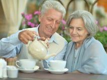 夫妇饮用的茶 库存图片
