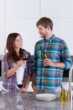 夫妇饮用的酒在厨房里 库存照片