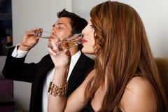 夫妇饮用的酒射击 免版税图库摄影