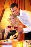 夫妇饮用的酒 免版税库存图片