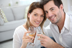 夫妇饮用的香槟 免版税库存图片