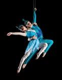 年轻夫妇马戏空气体操运动员 免版税库存照片