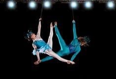 年轻夫妇马戏空气体操运动员 免版税库存图片