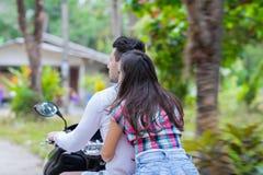 夫妇骑马摩托车,年轻人妇女游客旅行自行车热带森林异乎寻常的假期 免版税库存图片