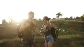 夫妇高涨 拾起他们的从地面的少妇和人远足者背包 准备去,享受他们的时间 股票视频