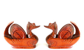 夫妇鸭子木头装饰 免版税库存图片