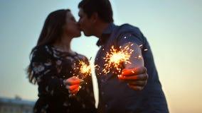 夫妇,女孩和人,亲吻用孟加拉光棍子 影视素材