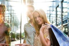 夫妇,当购物和花费货币时 免版税库存照片