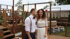夫妇,笑从幸福和兴奋在婚礼法坛附近 股票视频