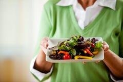 夫妇:食用的妇女一道蔬菜沙拉 库存照片