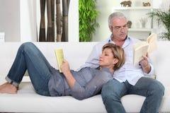 夫妇读书 库存图片