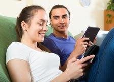 夫妇读书eBooks在家 图库摄影