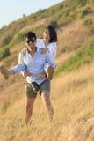 夫妇更加年轻的亚洲男人和妇女松弛时间在度假de 库存照片