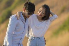 夫妇更加年轻的亚洲男人和妇女松弛时间在度假de 免版税图库摄影