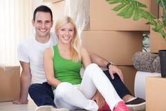 夫妇移动房子放松 库存照片