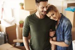 夫妇移动的新的家 免版税图库摄影