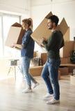 夫妇移动的新的家 免版税库存照片