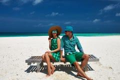夫妇以在一个海滩的绿色在马尔代夫 免版税库存照片