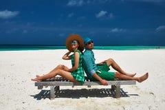 夫妇以在一个海滩的绿色在马尔代夫 库存图片