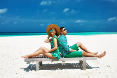 夫妇以在一个海滩的绿色在马尔代夫 库存照片