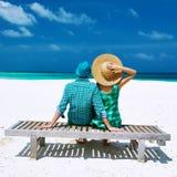 夫妇以在一个海滩的绿色在马尔代夫 图库摄影