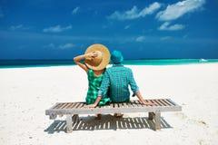 夫妇以在一个海滩的绿色在马尔代夫 免版税图库摄影