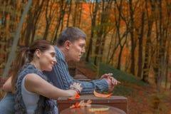 年轻夫妇-在公园的拥抱 图库摄影