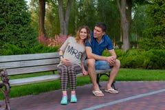 年轻夫妇-在秋天公园休息 库存图片