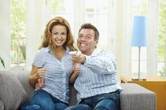 夫妇兴奋电视注意 免版税库存图片