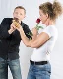 夫妇-得到巧克力的他-她与起来了 免版税库存照片