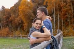 夫妇-拥抱临近树篱 免版税库存图片