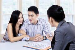 夫妇财政合同的会议顾问 免版税库存照片